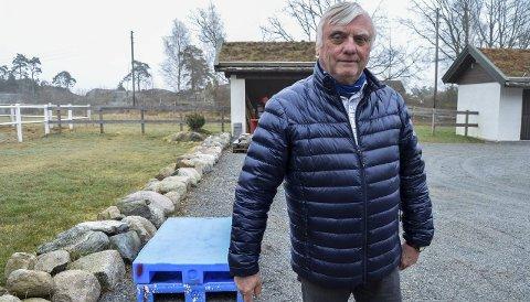 MISFORNØYD: Bjørn Haldorsen får ikke lov til å bygge stall på eiendommen sin på Østre Langeby, selv om han har fått godkjent planene fire ganger av planutvalget i kommunen. Begge foto: Jøran Kristensen