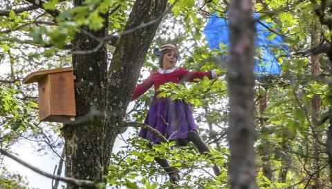 Flygende bestemor: Høyt oppe i trærne gleder Maria Theres Westher barn og voksne i Dyreparken i Kristiansand i sommer. Foto: Frank Otto Pedersen