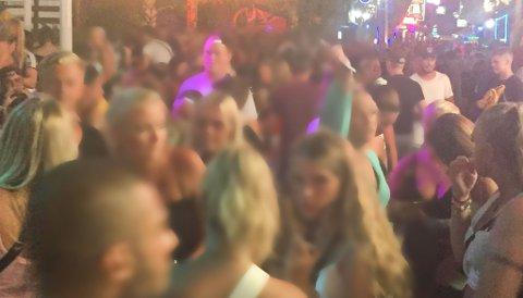 Party street i Rhodos er proppfull med unge feststemte skandinaver i sommer.