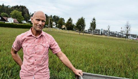 KRITISK: Sigurd Vedvik (H) er medlem av Brunstad Christian Church og nabo til stevnestedet (i bakgrunnen). Han mener suspendering av Paul Almås er riktig.
