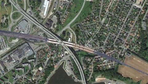 Illustrasjonen viser hvordan Nye Sandesund stasjon vil kunne se ut og er laget ved å kombinere satellittbilder av Sarpsborg med Södertälje syd. Legg merke til at Sandesundbrua vil passere over stasjonen.
