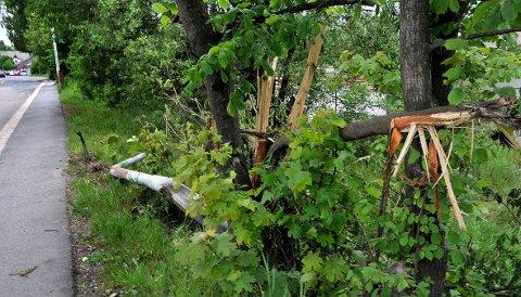 Ulykkesbilen kjørte av veien og inn i en lyktestolpe og noen trær i krysset Olav Haraldssons gate og St. Nikolas gate natt til søndag.