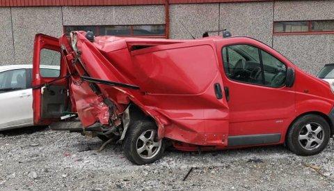 Slik ser varebilen som ble truffet bakfra ut. Det er ingen tvil om at det har vært sterke krefter involvert i denne ulykken.