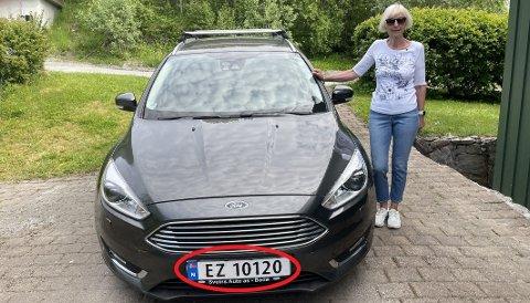 FEIL SKILT: Toril V. Lundestad med sin Ford Focus, som ikke går på elektrisitet