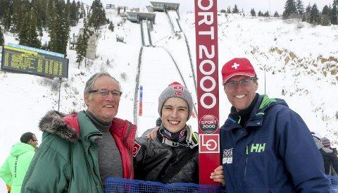 I TOPPEN: Bestefar Ole Åsmund Villumstad og far Ståle Villumstad er på plass og fulgte barn og barnebarn Fredrik Eirinsønn Villumstads imponerende start av junior-VM. Han bare fløy nedover OL-bakken fra 15 år tilbake.