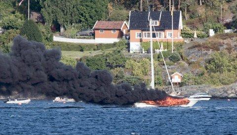 Én person omkom etter båtbrannen i Vestby lørdag ettermiddag.