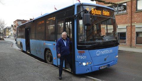 I kjent posisjon: Av og på bybussen har han gått mange ganger i løpet var disse 50 årene bak rattet. Nå er Arild pensjonist på heltid.