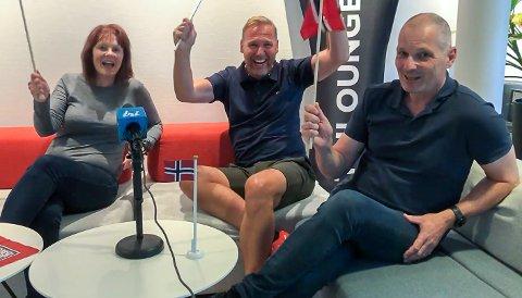 NORSK JUBEL: Gabrielle Bjørnstad-Northern kunne feire med Per Morten Hjemgård og Frank Pedersen fra Norges Triatlonforbund.