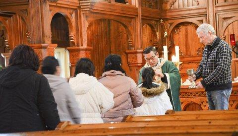 Strømmer til kirken: Den katolske kirken har i snitt et besøk på 450 personer i helgene. Her fra onsdagsmessen med den vietnamesiske presten Micae N.D. Duong.