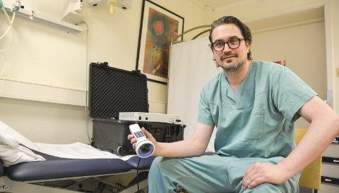 Først ute: Kameraet er landets eneste, og koster flere hundre tusen. I Skien opererer mikrokirurg og plastikk-kirurg Johan Sandberg på pasienter med lymfødem etter kreft.