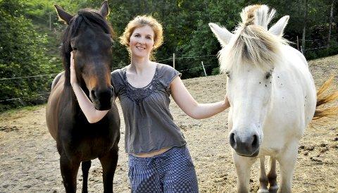 Hestejente: En ridetur i skogen er avkopling før en premiere for Kjersti Posti Høgli. Her med hestene Mio og Frøya.foto: anne lill w. aas