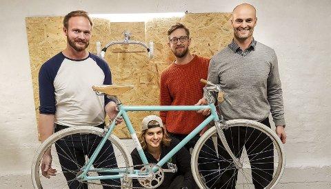 Lansering:  Bård Farstad, Andrew Keeping, Eirik Ulltang og Aleksander Farstad holder sykkelen som ble lansert tirsdag.