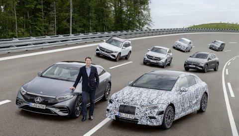 RUSTER OPP: Daimlers toppsjef Ola Källenius er klar for en gigantisk elbil-offensiv. Her med sedanene EQS, EQE, SUV-ene EQB, EQA, EQC, ytterligere en maskert elbil, og flerbruksbilen EQV. Foto: MERCEDES-BENZ AG