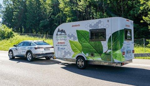 NESTEN 40 MIL REKKEVIDDE: Med den motoriserte campingvognen mener Dethleffs å ha løsningen på rekkeviddeproblematikken med tilhenger på elbil. Foto: DETHLEFFS