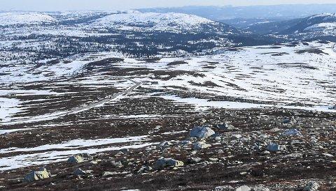 SNØMANGEL: Slik så det ut oppe på Råen søndag. Løypa passerer veien nedenfor vinsjhytta - så litt mer snø er det lenger ned.