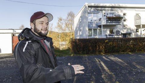 FORNØYD: Tom Uttakleiv Henriksen pusset opp og solgte en leilighet i borettslaget i bakgrunnen med god fortjeneste. foto: NTB scanpix
