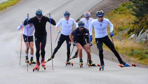 VALGTE STORÅS Det norske allroundlaget i langrenn for herrer kom til Storås torsdag - og reiser videre tirsdag. Sjur Røthe til høyre i bildet.