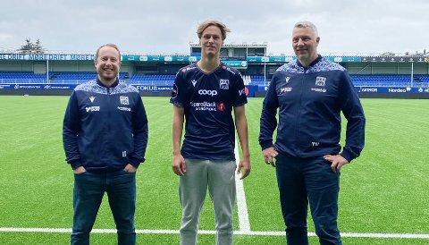 Leo Totev (til venstre) og Terje Wiik kunne mandag presentere Isak Aalberg som proffspiller i KBK. Foto: Karoline Almvik, KBK