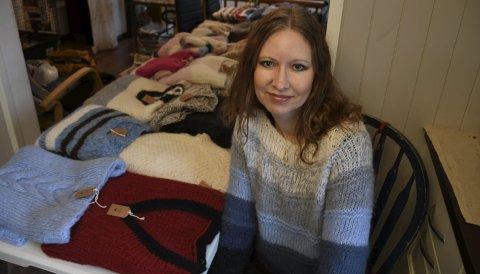 Ingen er lik: - Jeg liker ikke å strikke gensere med samme mønster om igjen. Det er i grunn bare så vidt jeg klarer å fullføre en genser, for da må jeg jo strikke to like armer, ler Aina. Foto: Siri Fossing