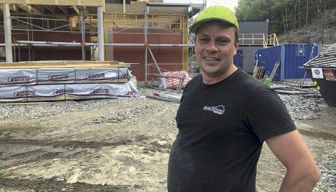 Betongarbeid: Dan Josephsen er arbeidsformann for betongarbeidene på det nye barnehagebygget. Foto: Marianne Drivdal