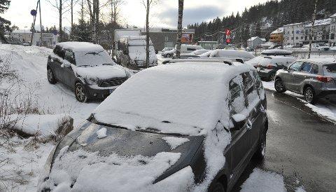 IPOLITIETSSØKELYS:Innfartsparkeringa på Gjelleråsen tirsdag formiddag, der det stod i hvert fall en feilparkert bil til tross for politiets aksjon dagen før.