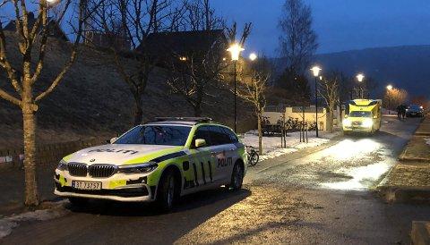POLITI OG AMBULANSE: Fra politiaksjonen på Nygård torsdag kveld.