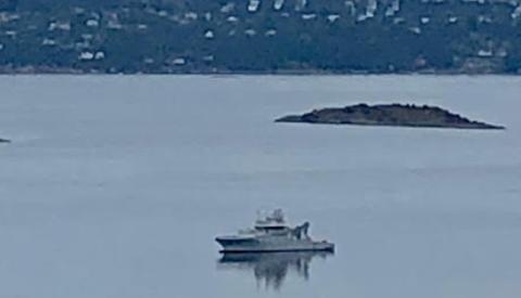 KV Nornen har ligget i Bunnefjorden i flere dager og har fått flere til å lure.