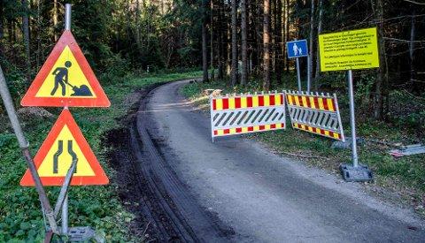 Nytt kabelnett: Arnt Martin Kvæstad i enhet for vei, idrett og park forteller at skilt vil informere om status for arbeidet gjennom Skolestien.