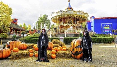Skrekkinnjagende: Max og Oscar tok turen til Tusenfryd iført det skumleste de kunne finne da Halloween ble feiret på Tusenfryd for første gang i 2016. Foto: Linus Olhans