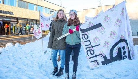 Vilde Vaaje-Kolstad (12)  (t.v.) og Morild Hørtun Lanser (13) markerer kvinnedagen med tanke på fremtidens kvinnerettigheter.