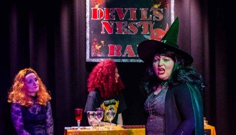 """CABARET-MORO: Djevelens hule har egen bar. """"Minidjevel"""" og bardame er Kerry Randem. De to som henger i baren er Anne Kettunen (t.v.), og Ellen Marie Hvidsten som også er """"Lady Devil"""" i cabareten."""