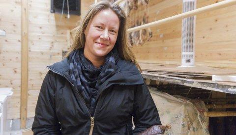 Gardsmat: Kjersti Linn  Hopland produserer spekepølser, pinnekjøt og fenalår på Ikeland gard på Seim. Foto: Camilla Aasen Bøe