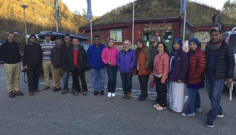 Nordlys-turister: Denne gruppen fra Malaysia fikk full valuta for turen til Nordnes i forrige uke.Foto: Privat