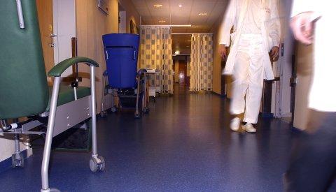 Korridor på sykehus. Korridorer. Helsevesenet. Sykepleier - lege på jobb. Arbeidspress. Stress på arbeidsplassen. Trøtt. Vaktplaner. Turnuser. Vaktturnus. Nattevakt. Helsepersonell. FOTO: SCANPIX