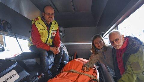 Klare: Snøscooterne er klare til beredskap i påska. Fra venstre: Leder i Hjelpekorpset Lars Røed Hansen, ordfører Ida Pinnerød og leder i Bodø Røde Kors, Øystein Nystad. Foto: Fredrik Stenbro