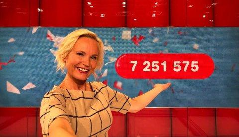 Programleder Ingeborg Myhre gratulerer de to kvinnene med millionærstatusen.