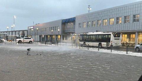 Hvit på toppene: Sørpa gikk hvit på parkeringsplassen ved Bodø lufthavn torsdag morgen. Foto: Stian Høgland