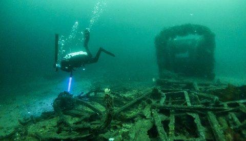 Trikkene ligger på 30 meters dyp ved Knektholmen på Askøy utenfor Bergen. Her ligger kulturminnene og råtner. Trikk nr. 50 er ganske intakt og er et attraktivt mål for dykkere i området.