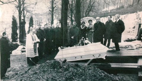 Tore Oslands far, til høyre for sognepresten, og flere politifolk samt to sangere var de eneste til stede i begravelsen da den ukjente Isdalskvinnen ble stedt til hvile.