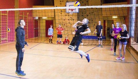 SPENSTIG: Jon Myrvik (13) hopper høyt for å få volleyballen over nettet, etter at trener Eirik Roness (t.v.) har lagt opp en perfekt ball.
