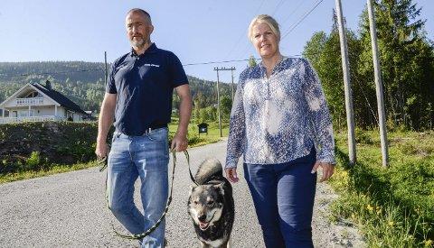 STOR ELGFARE: Elisabeth og Emil Skare, med hunden Kompis, må flere ganger daglig jage elg som rusler på fylkesveien nedenfor huset deres. – 17. mai måtte vi jage dem unna hele ti ganger, for at de ikke skulle bli påkjørt, sier Emil Skare.