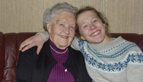 NÆRT FORHOLD: Helene Marie Fossesholm og oldemoren Anne Pauline Foss har et tett bånd. Nå er det lenge siden de to har sett hverandre.
