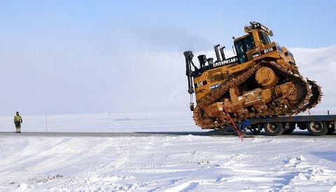 ENORM: Utfordringene sto i kø da Hæhre Arctic tidligere i mars transporterte dette enorme monsteret av en bulldoser til Svalbard.