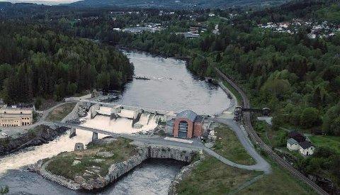 BLOTTING: Mannen i 20-årene blottet seg flere ganger på denne gangbrua over jernbanen ved Embretsfoss i Åmot.