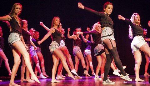 Jentene på scena hadde tydeleg øvd godt inn dansen, og svinga seg i takt.