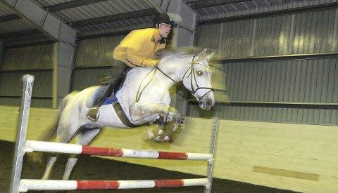 Hopper høyt: Her er det Tore Magnussen (51) som er i farta med hesten Didrik. Han mener hest er en hobby med fart og spenning, noe som burde appellere til flere gutter.  Alle Foto: Rolf B Gundersen