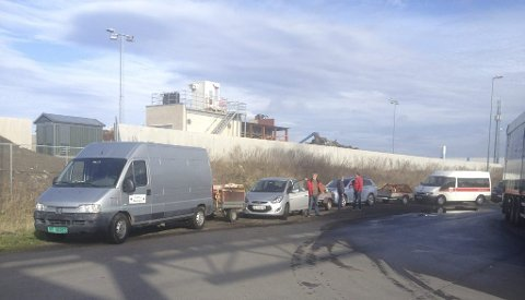 LANG REKKE: Det måtte en lang kortesje fra Gressvik Røde Kors til for å få levert avfall etter helgens loppemarked. FOTO: PRIVAT
