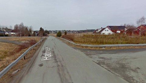 Det var i undergangen under Hatteveien på Rolvsøy at kvinnen ble forsøkt ranet.