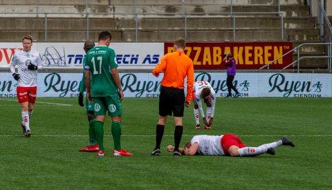 MÅTTE GÅ AV: Henrik Kjelsrud Johansen fikk seg en real smell i hodet og kunne ikke fullføre kampen mot Kvik Halden.