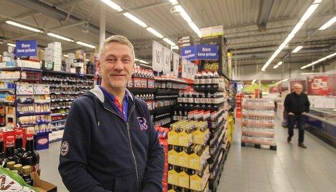 NATTÅPENT: Kjøpmann Rune Edén på Rema 1000 på Mosseskogen kjører på med nattåpen butikk for å unngå julehandelkø. - Dette blir spennende. Vi gjør det for kundene, sier han.